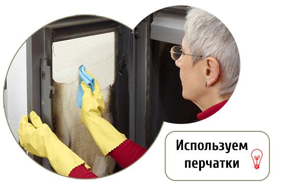 Чистка жаропрочного стекла камина с использование перчаток
