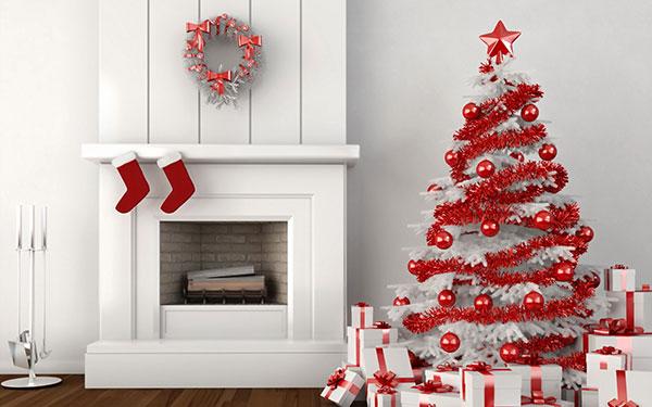 Декоративный белый камин в интерьере нового года